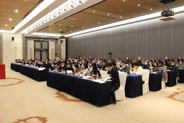 全体会员代表对大会事项举手表决.jpg